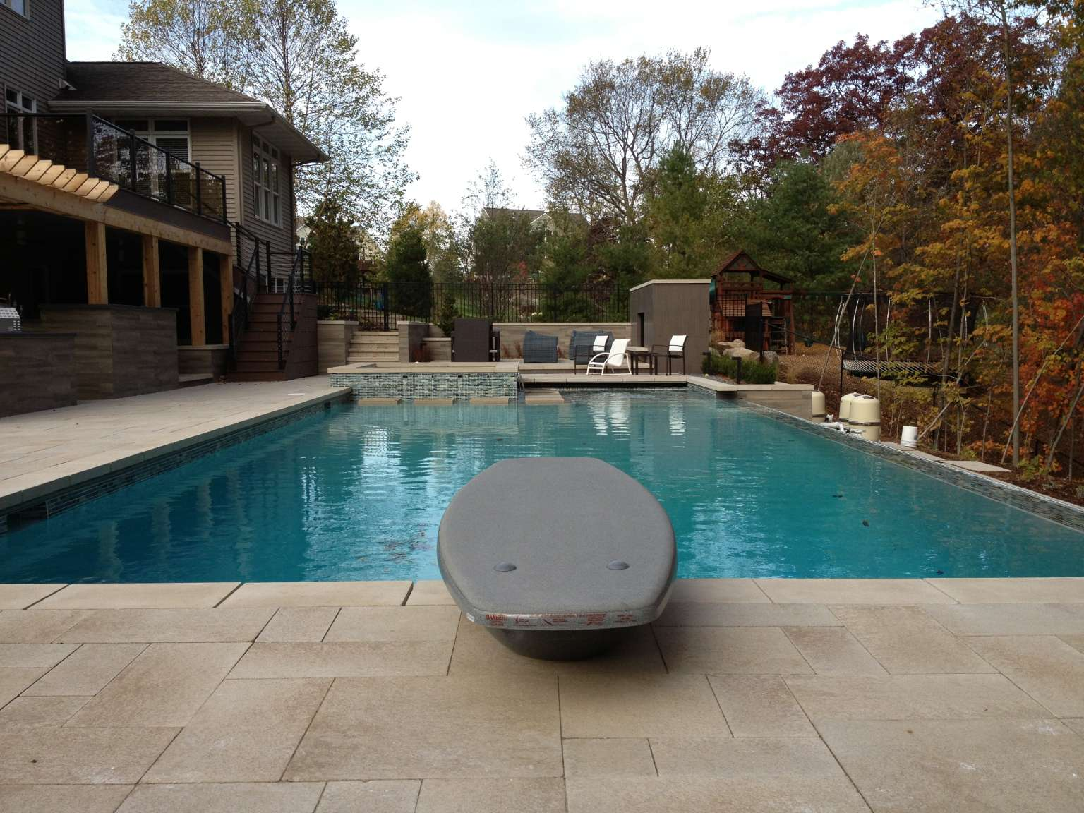 Grand rapids modern infinity edge pool attached spa for Grand salon moderne